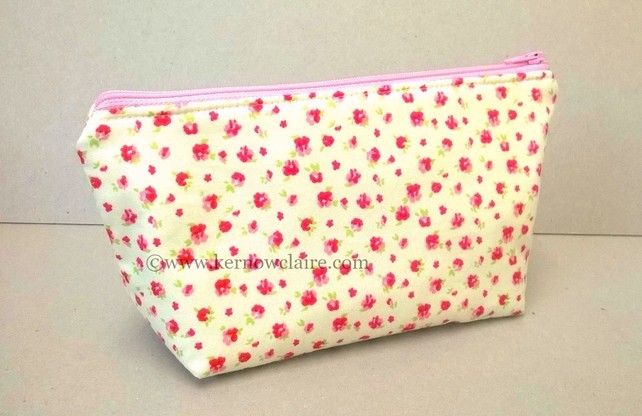 7283244-Make-up-bag-in-cream-with-pink-flowers-0
